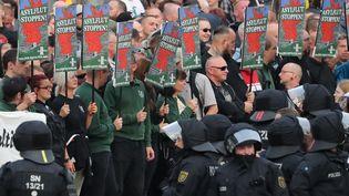"""Des manifestants d'extrême droite réclament """"l'arrêt des flux migratoires"""", à Chemnitz (Saxe, Allemagne), le 27 août 2018. (JAN WOITAS / DPA)"""