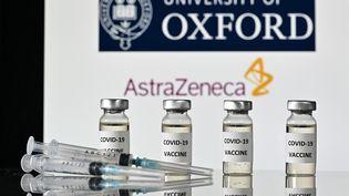 Illustrationdu vaccin contre le Covid-19 de l'Université d'Oxford et de son partenaire, la société pharmaceutique britannique AstraZeneca. (JUSTIN TALLIS / AFP)