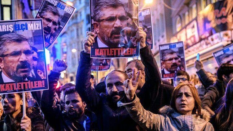 Des manifestants brandissent des affiches à l'effigie de l'avocat kurde Tahir Elçi, où l'on peut lire «Ils l'ont tué», lors d'un rassemblementà Istanbul après son assassinat àDiyarbakir (sud-est de la Turquie) le 28 novembre 2015 (OZAN KOSE / AFP)