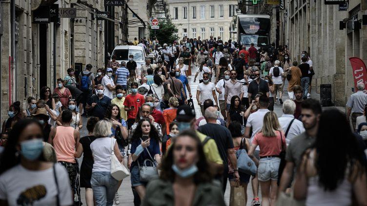 Des piétons, dont certains portent un masque de protectioncontrele coronavirus, arpentent une rue commerçante à Bordeaux, le 20 juillet 2020. (PHILIPPE LOPEZ / AFP)
