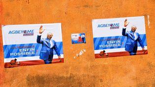Les affiches de la campagne présidentielle de l'ancien Premier ministreAgbéyomé Kodjo dans les rue de Mango (nord du Togo), le 15 février 2020. (PIUS UTOMI EKPEI / AFP)