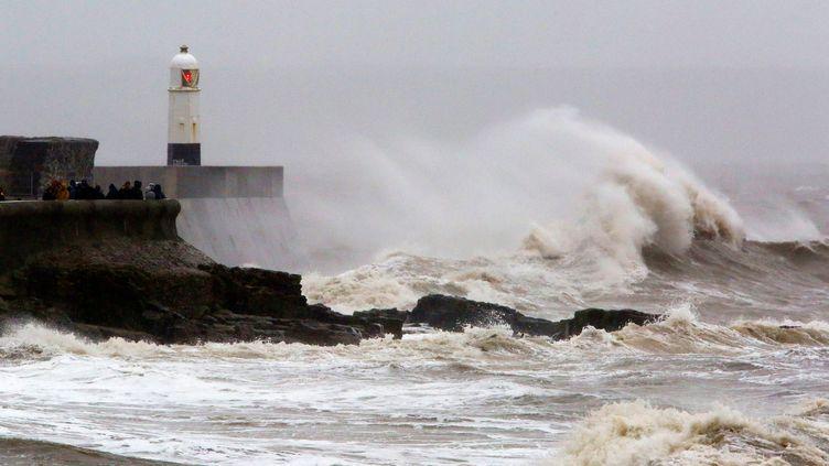 Des vagues provoquées par la tempête Dennis s'écrasent sur la digue à Porthcawl (Royaume-Uni), le 15 février 2020. (GEOFF CADDICK / AFP)