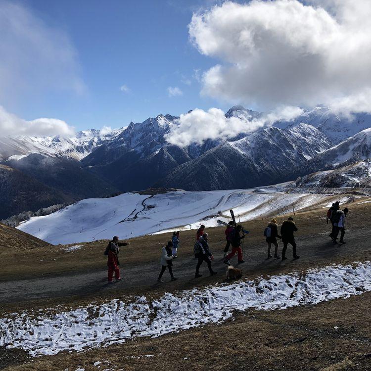 Des skieurs à pied, sur le chemin entre la télécabine de Luchon (Haute-Garonne) et les pistes de Superbagnères, le 18 février 2020. (THOMAS BAIETTO / FRANCEINFO)