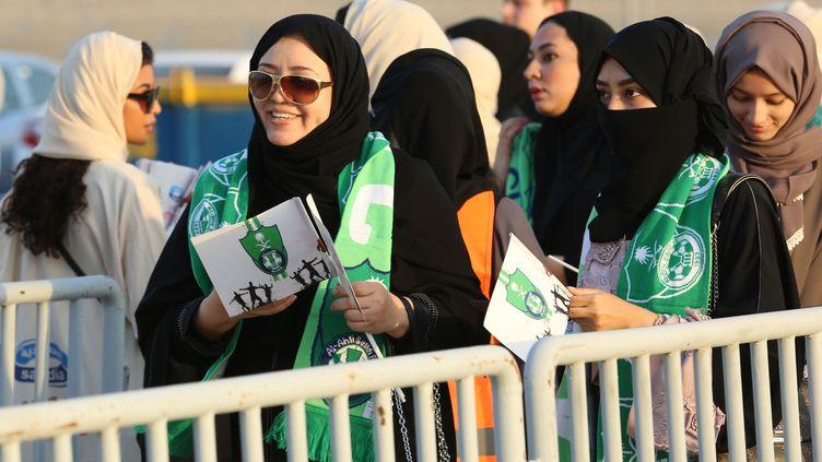 Des supportrices saoudiennes font la queue à l'entrée d'un stade de Jeddah pour assister à un match de football, le 12 janvier 2018. (STRINGER / AFP)