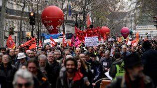 Des manifestants défilent à Paris, le 19 décembre 2019,au 15e jour de la grève contre la réforme des retraites. (JULIEN MATTIA / ANADOLU AGENCY / AFP)