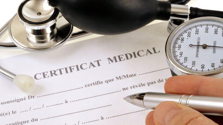 Un formulaire de certificat médical (photo d'illustration). (RICHARD VILLALON / MAXPPP)