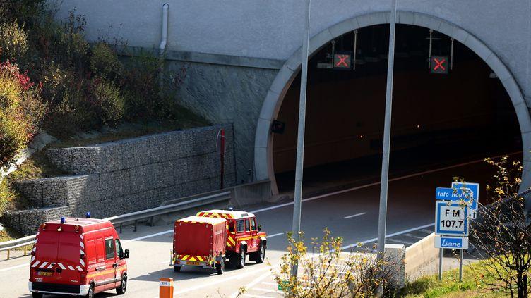 Des camions de pompiers interviennent pour un feu de poids-lourd dans le tunnel du Mont-Sion, en novembre 2017. (MAXPPP)