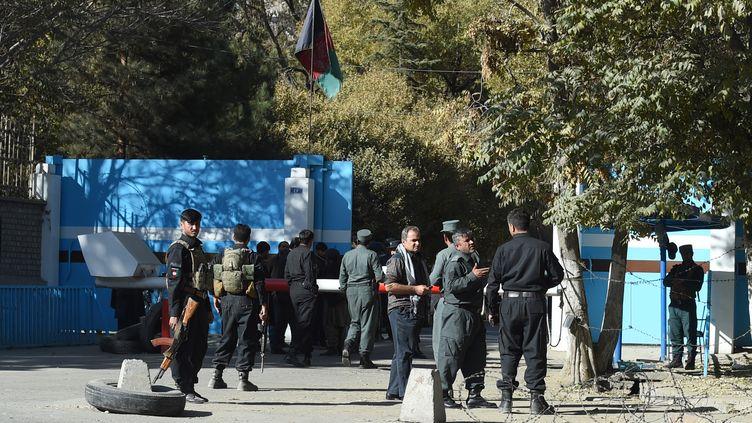 Des policiers devant l'université de Kaboul (Afghanistan) après une attaque, le 2 novembre 2020. (WAKIL KOHSAR / AFP)