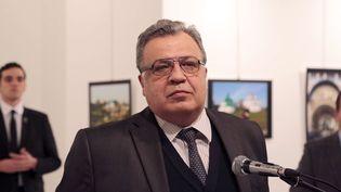 l'ambassadeur russe en TurquieAndrei Karlov s'adresse à la presse dansune galléried'art à Ankara (Turquie), son assassin derrière lui, le 19 décembre2016 (BURHAN OZBILICI / AP / SIPA)