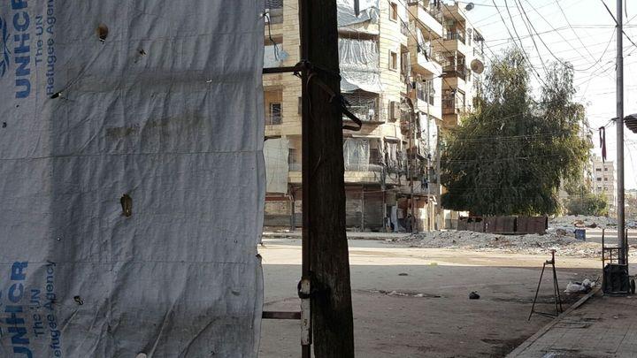 Derrière la bâche, Alep Est, assiégée. (VALÉRIE CROVA / RADIO FRANCE)