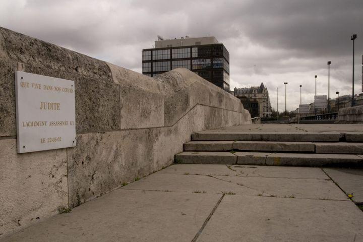Sur le pont de Neuilly (Hauts-de-Seine), à l'endroit oùMaria-Judith Araujo a été tuée le 22 mai 2002. (JEAN-MARIE HEIDINGER / MAXPPP)