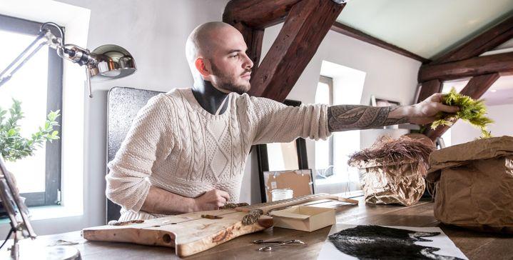Le plumassier Maxime Leroy dans son atelier  (Julien Cresp)