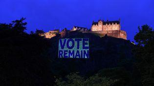 """Un signe """"vote remain"""" est projeté devant le chateau d'Edimbourg, en Ecosse, mardi 21 juin 2016. (? CLODAGH KILCOYNE / REUTERS)"""