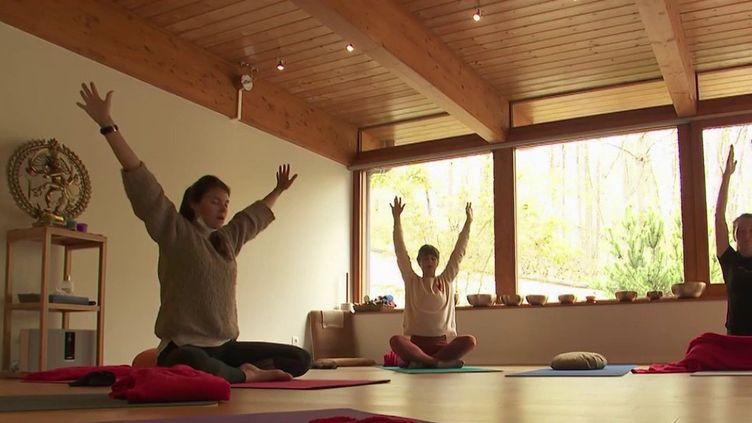 Covid-19 : un séjour en montagne pour les soignants épuisés (France 2)