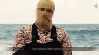 Un membre de l'Etat islamique revendique l'exécution de 21 chrétiens d'Egypte enlevés en Libye, dans une vidéo diffusée sur internet, le 15 février 2015. (CAPTURE D'ECRAN)