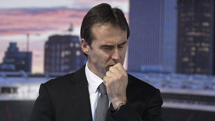 Julen Lopetegeui étranglé par l'émotion lors de sa présentation comme coach au Real Madrid (OSCAR DEL POZO / AFP)