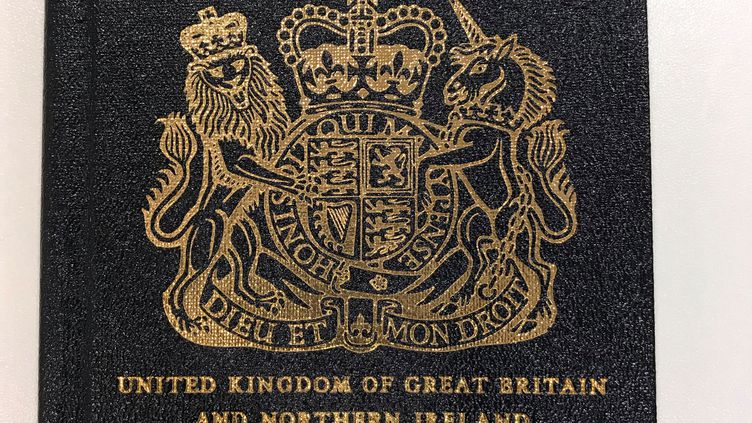 Le passeport britannique d'origine, de couleur bleue, a été remplacé par un passeport de couleur bordeaux avec l'intégration du Royaume-Uni dans l'Union européenne. (HANDOUT / REUTERS)