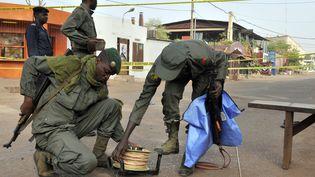 Des membres des forces de sécurité près du lieu de l'attentat, à Bamako, le 7 mars 2015. (HABIBOU KOUYATE / AFP)