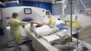 Un patient atteint du Covid-19 le 5 mai 2020 dans un hôpital de Valenciennes (Nord). (FRANCOIS LO PRESTI / AFP)