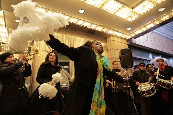 Des musiciens de la Nouvelle-Orléans ont dansé et joué de la trompette et du banjo en marchant vers l'Apollo à Harlem, en hommage à Louis Armstrong, le 9 novembre 2014  (EPA/MAXPPP)