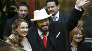 Nicoletta Mantovani etLuciano Pavarotti, le 13 décembre 2003, à Modène. (PAOLO COCCO / AFP)