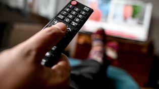 Une télécommande face à un téléviseur. Photo d'illustration. (PICTURE ALLIANCE / PICTURE ALLIANCE / GETTYIMAGES)
