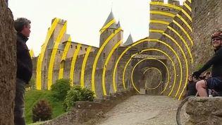 L'œuvre de ll'artiste suisse Felice Varini sur les murs de la ville de Carcassonne (Aude). (FRANCE 2)