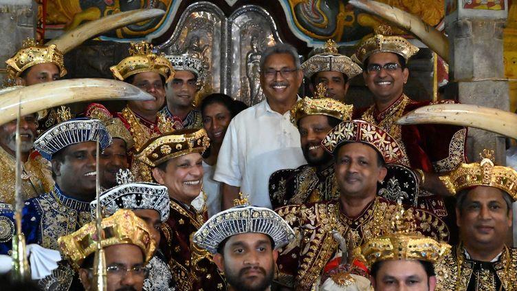 Le présidentGotabhaya Rajapaksa, au centre, a promis de renforcer la sécurité dans le pays. (ISHARA S. KODIKARA / AFP)