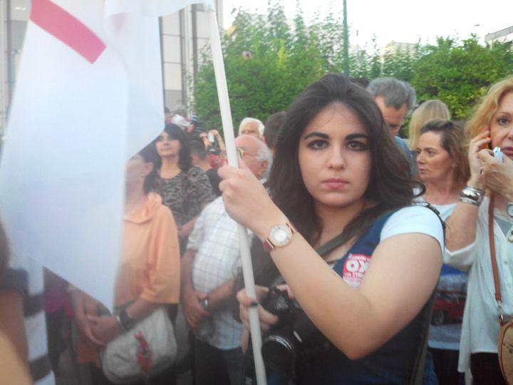 """Ana-Maria, qui a participé au rassemblement en faveur du """"non"""" au référendum, vendredi 3 juillet à Athènes (Grèce), explique son votepar la volonté de """"garder la dignité du peuple"""". (ELISE LAMBERT/FRANCETV INFO)"""