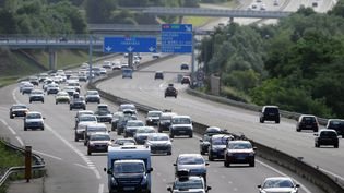 Des voitures circulent le 3 août 2013 sur l'autoroute A11, à proximité du Mans (Sarthe). (JEAN-FRANCOIS MONIER / AFP)