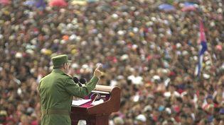 8 juin 2002. Durant toutes ses années au pouvoir, Fidel Castro a fait montre d'un grand talent d'orateur, comme ici, à Santiago de Cuba. (CRISTOBAL HERRERA / AP / SIPA)