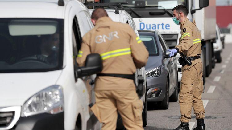 Le Portugal a enregistré cette semaine ces premiers décès. Au 18 mars, le nombre de cas confirmés de Covid-19 était de 642. Des agents contrôlent l'entrée de la ville d'Ovar, au centre du pays, déclarée ville en état de calamité publique. (EPA)