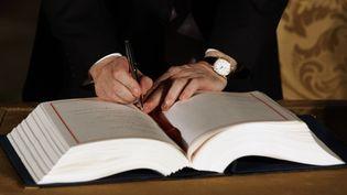 Le Premier ministre britannique Gordon Brown signe le traité de Lisbonne, le 13 décembre 2007, au Portugal. (NACHO DOCE / REUTERS)