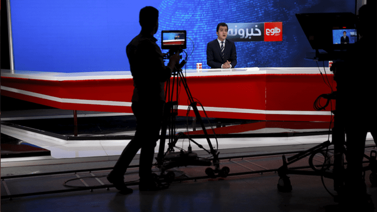 (Plateau du journal d'information de la chaîne Tolo à Kaboul © REUTERS/Ahmad Masood)