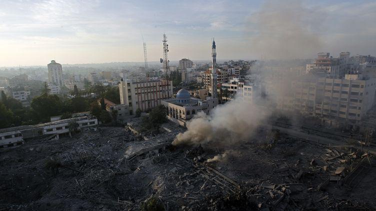 De la fumée s'élève au-dessus des ruines d'un immeuble de Gaza détruit par l'aviation israélienne, le 21 novembre 2012. (MOHAMMED ABED / AFP)