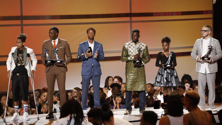 Mamadou Gassama (quatrième en partant de la gauche) a été récompensé par le prix BET Award de l'acte héroïque, le 24 juin 2018, à Los Angeles (Californie, Etats-Unis). (MARIO ANZUONI / REUTERS)
