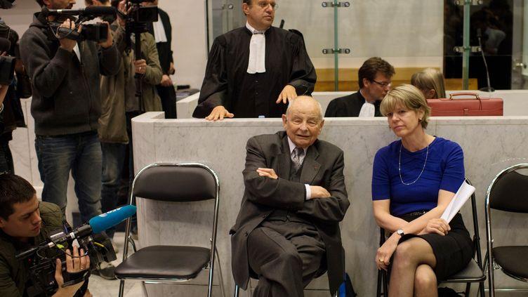 Jacques Servier (assis,au centre) lors du procès du Mediator à Nanterre (Hauts-de-Seine), lundi 14 mai. (MARTIN BUREAU / AFP)