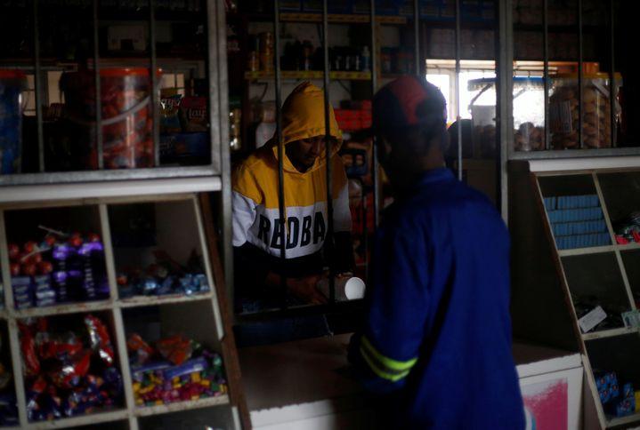 Une scène devenue banale en Afrique du Sud. Les commerces accueillent les clients dans l'obscurité comme ici dans une boutique d'Hillcrest en décembre 2019. (ROGAN WARD / REUTERS)
