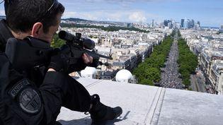 Alors que les militaires français s'apprêtent à défiler sur les Champs-Élysées pour les cérémonies du 14 Juillet, la réduction du budget de la Défense fait polémique. (STEPHANE DE SAKUTIN / AFP)
