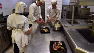 Des apprentis en cuisine. Photo d'illustration. (CHRISTOPHE ARCHAMBAULT / AFP)