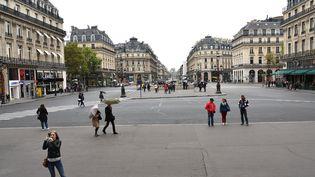 Des passants profitent de la journée sans voitures à Paris, sur la place de l'Opéra, le 1er octobre 2017. (MUSTAFA YALCIN / AFP)