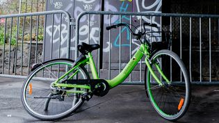 Un vélo en libre-service Gobee.bike à Saint-Ouen (Seine-Saint-Denis), le 20 décembre 2017. (EDOUARD RICHARD / HANS LUCAS / AFP)