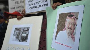 Des journalistes indonésiens brandissent une pancarte en mémoire du journaliste saoudien Jamal Khashoggi devant l'ambassade d'Arabie saoudite à Jakarta, le 19 octobre 2018. (DASRIL ROSZANDI / NURPHOTO / AFP)