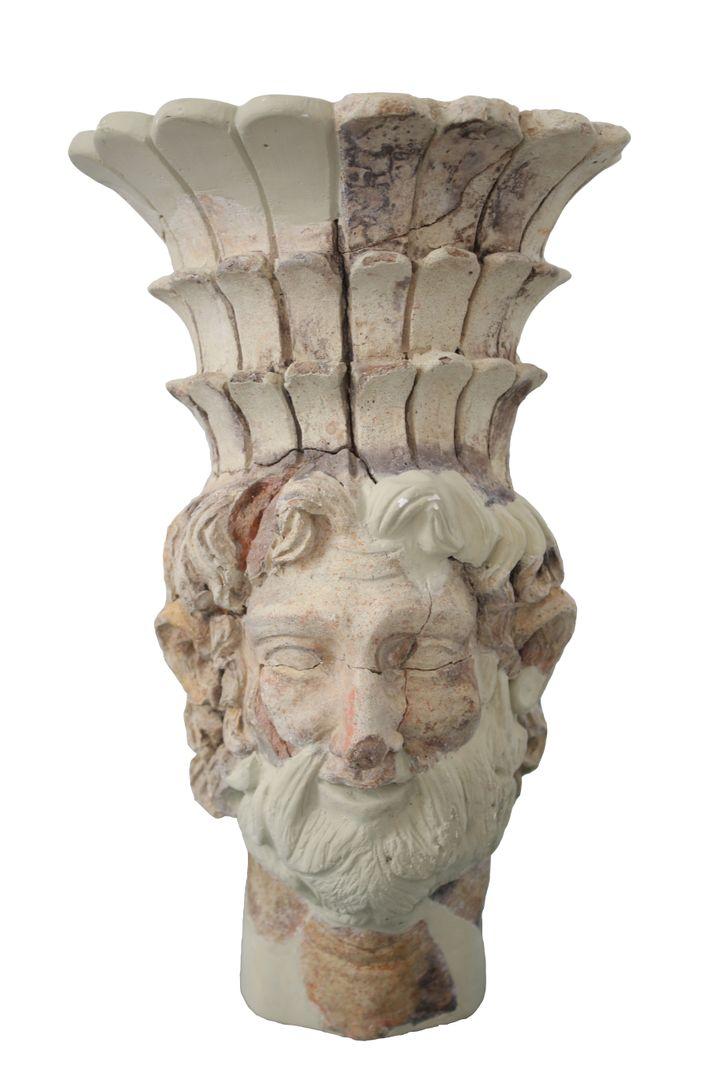Brûle-parfum à tête de divinité masculine coiffée d'unetiare à plumes (Baal Hamon ?), Carthage, SanctuaireCarton, milieu du IIesiècle avant J.-C. (Carthage, musée de Carthage.)