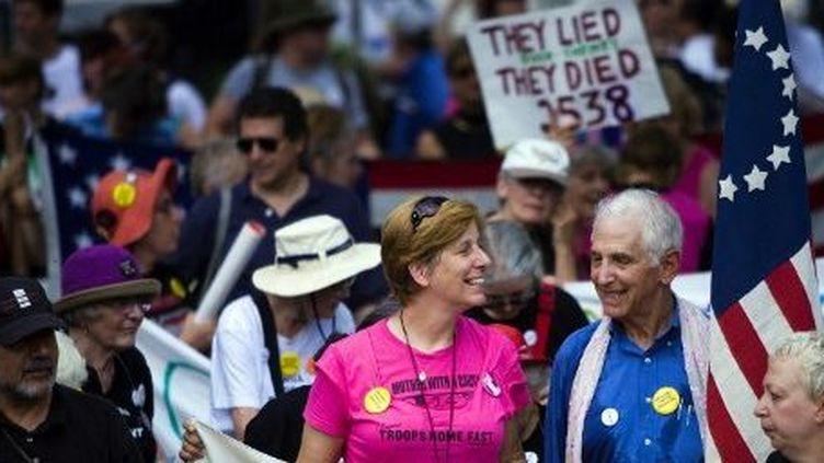 La militante Cindy Sheehan (à gauche) sourit à Daniel Ellsberg (à droite), auteur des «Pentagone Papers» en 1971, lors d'une manifestation en juillet 2006 à Washington. (BRENDAN SMIALOWSKI / GETTY IMAGES NORTH AMERICA / AFP)