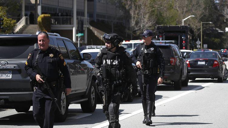 Des policiers sur les lieux d'une fusillade à San Bruno (Etats-Unis), le 3 avril 2018. (JUSTIN SULLIVAN / GETTY IMAGES NORTH AMERICA / AFP)