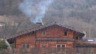 Regarder la télévision devant un bon feu de cheminée est agréable, mais peu efficace pour réchauffer la maison, ni écologique. De plus en plus de communes interdisent les cheminées à l'ancienne pour les remplacer par des inserts. (FRANCE 3)