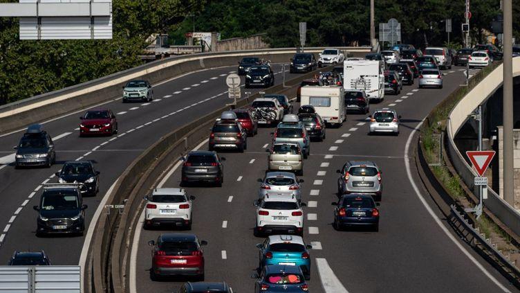 Des bouchons sur l'autoroute A6, à hauteur de Lyon, le 14 août 2021. (NICOLAS LIPONNE / HANS LUCAS / AFP)