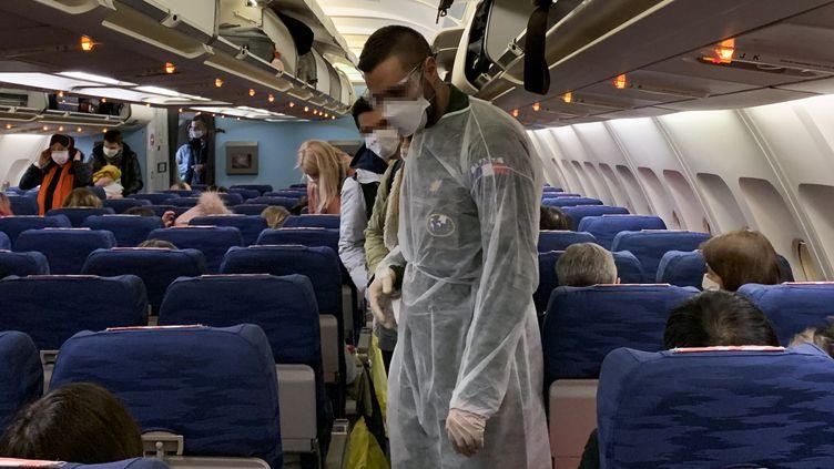 Des ressortissants français à bord d'un avion au départ de Wuhan (Chine) afin d'être rapatriésen France, le 31 janvier 2020. (HECTOR RETAMAL / AFP)
