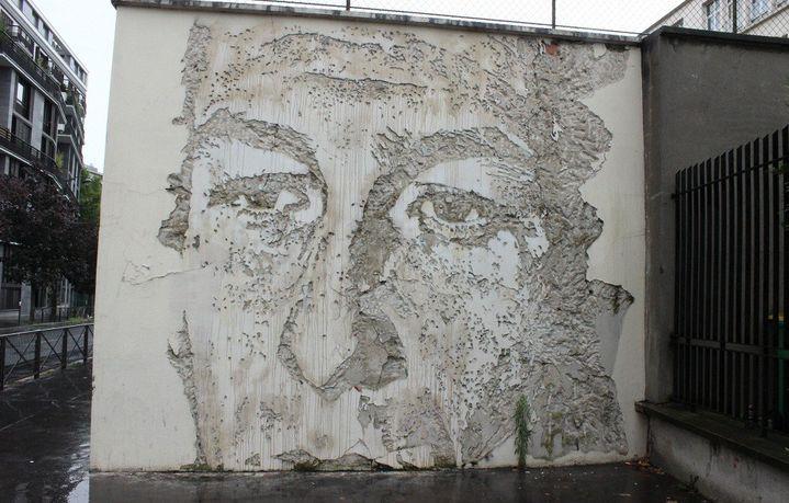 A Paris, un visage creusé dans un mur parisien par l'artiste Vhils  (Claire Digiacomi / Culturebox)